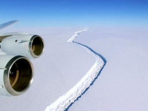 El gigantesco iceberg que está a punto de separarse de la Antártica