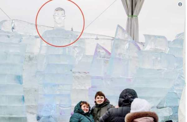 Resultado de imaxes para escultura de cristiano ronaldo de hielo